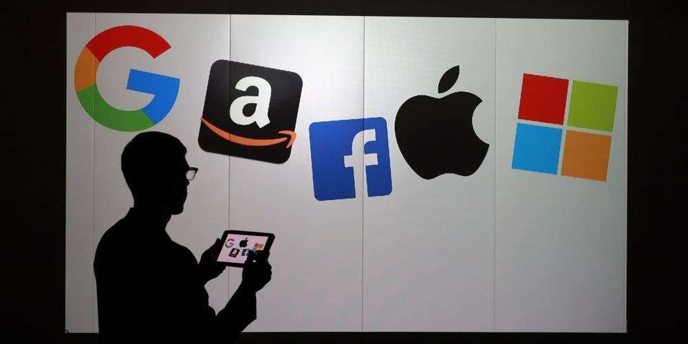 Hong Kong abbraccia la Cina: giganti del web se nevanno